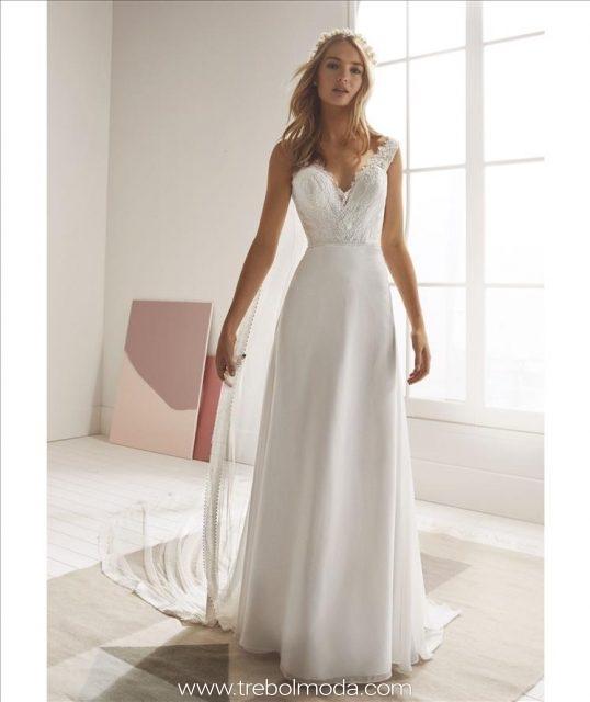 b86f00a5c8 Opera  Romántico vestido de novia de efecto dos piezas. Una falda sirena en  georgette. El cuerpo combina el pico del pecho con una espalda con ...