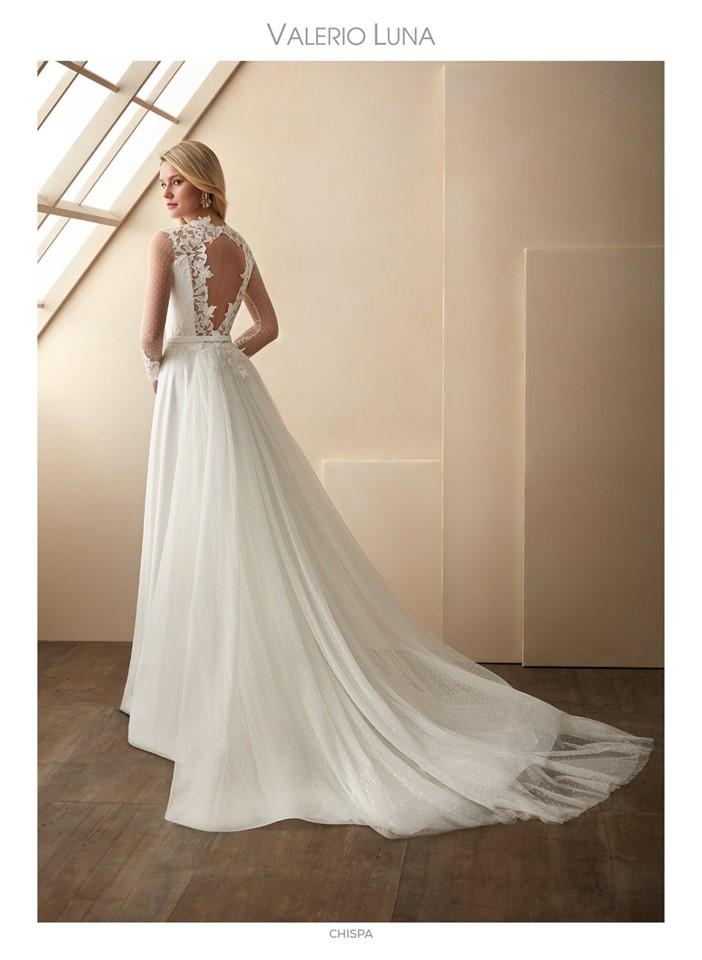 Vestido de novia estilo romántico con cola desmontable y espalda semi-descubierta.
